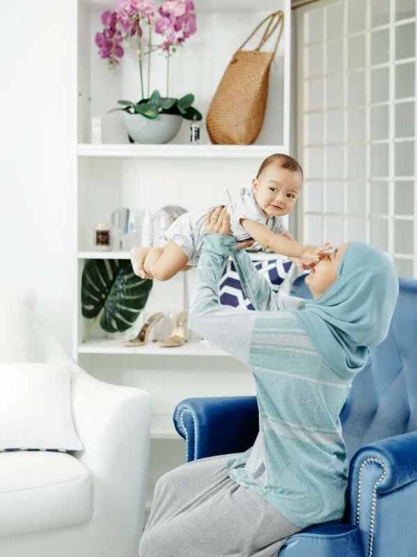 Ilustrasi Bayi Sehat dan Riang Bersama Mamaknya